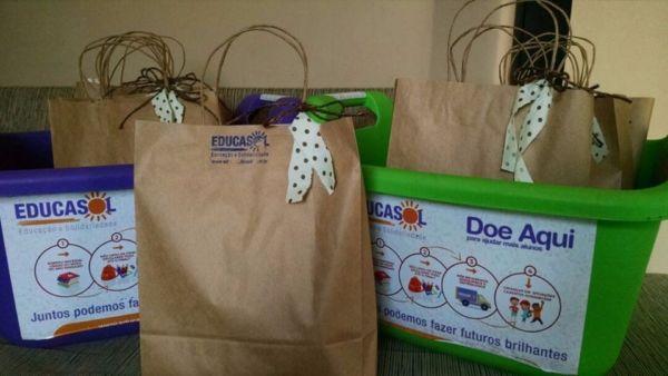 Kits escolares são distribuídos para crianças assistidas por ONGs (foto: divulgação)