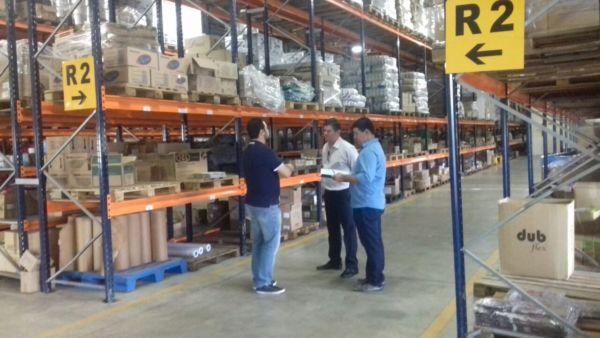 No local: Técnicos de Volta Redonda conhecem central de distribuição em Maringá (Foto: Secom PMVR)