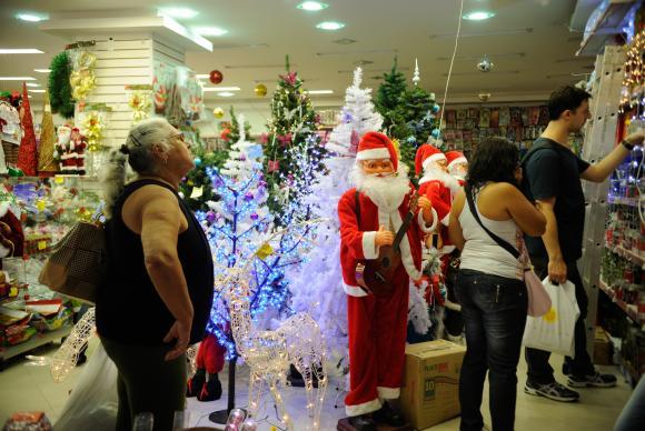 Cariocas movimentam as ruas da Saara para fazer compras de Natal (Foto: Agência Brasil/EBC)
