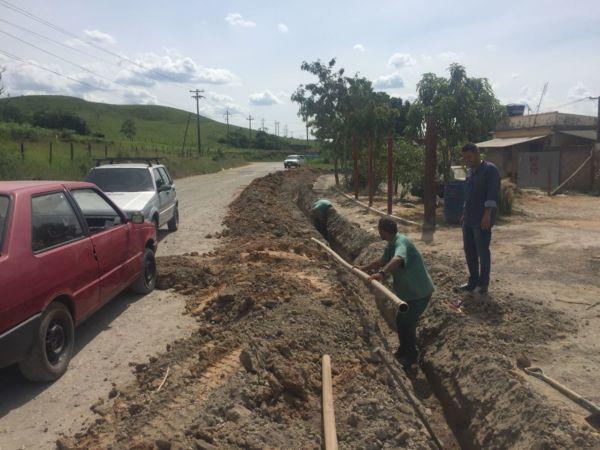 Obras de ampliação da distribuição de água realizadas nesta semana pela prefeitura de Quatis (Foto: Divulgação)