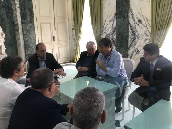 Conversa: Pezão (ao centro) conversa com Silvio Campos, André Correa e Dinho (à direita) e Lindbergh Farias e Carlinhos Santana (à esquerda) sobre situação da CSN
