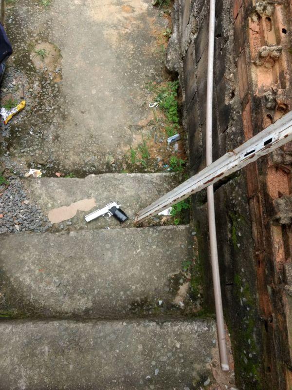 Morro da Conquista: Pistola foi encontrada em um escadão, que segundo a polícia é usado por traficantes para comercializar drogas no Santo Agostinho (Foto: Cedida pela Polícia Militar)