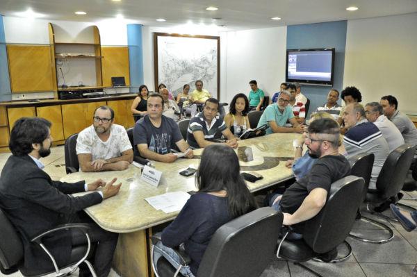 Samuca conversa com fiscais da secretaria de Fazenda (Geraldo Gonçalves - Secom - VR)
