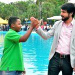 Cumprimento: Samuca comemora com Kauã a reabertura do Parque Aquático