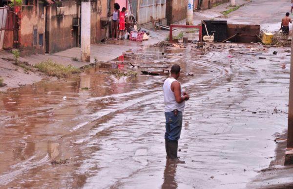 Limpeza: Moradores ajudam a remover lama da Rua Florianópolis