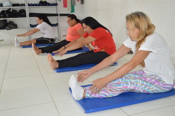 Aulas de alongamento fazem parte das atividades do Nasf, em Volta Redonda (foto: Evandro Freitas - Secom)
