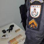 Polícia encontra arma e drogas em casa de suspeito
