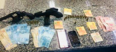Dois suspeitos são presos com armas e dinheiro
