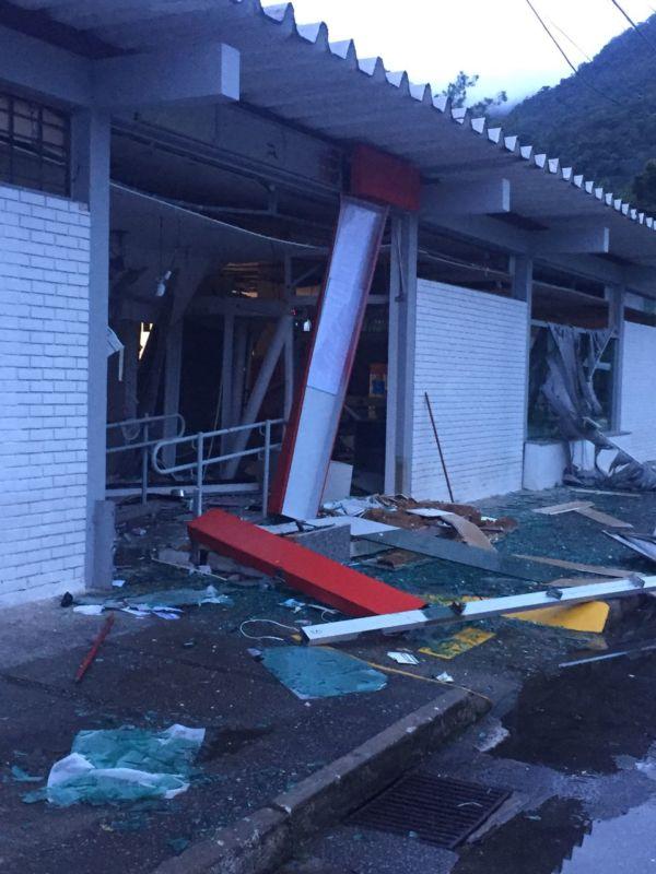 Destruição: Agências ficaram parcialmente destruídas por conta da ação dos bandidos (Foto: Divulgação)