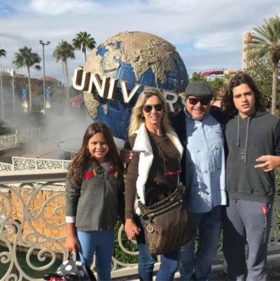 O empresário Rogério Loureiro acompanhado de Cristiane Cotrim Loureiro e os filhos Fernanda e Sérgio Loureiro, nos parques da Universal Studios, na Flórida