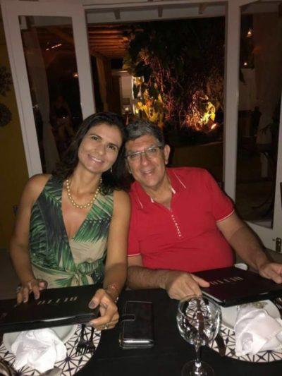 O médico ortopedista Reinaldo Couri e sua amada, a advogada Patrícia Carvalho, num badalado restaurante em Búzios