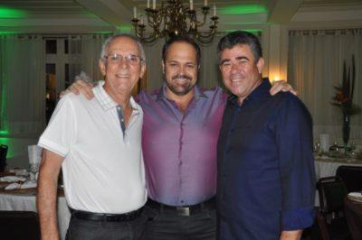 Os empresários Roberto Viana (aniversariante do dia), o Diretor de Desenvolvimento e Turismo Joselito Magalhães e Luiz Cláudio Escobar, nos salões do Carná Folia