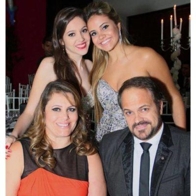 O secretário de Desenvolvimento e Turismo Joselito Magalhães e a empresária Márcia Cristina Guerra Magalhães com as filhas Gabriella Magalhães e Anna Clara Magalhães