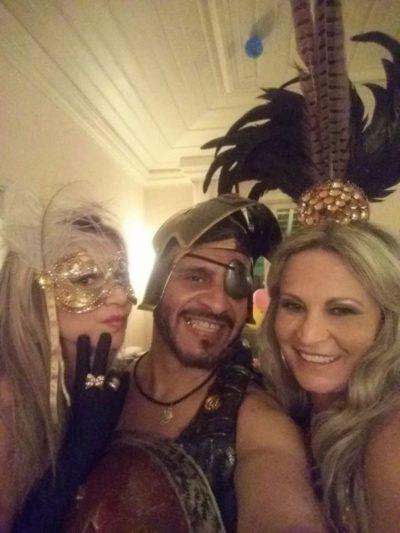 Carlos Costa, de gladiador entre as divas Mônica Aldet e Clarisse Leal, nos salões do Carná Folia