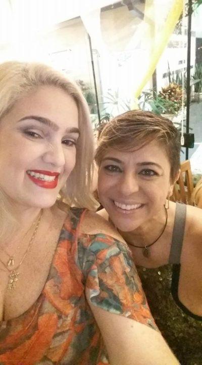 Cátia Vianna ganhando o carinho de Adriana Racco