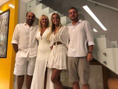 O empresário Roberto Loureiro, Viviane Martins Loureiro, Maria Eduarda Loureiro e Vítor Voguel em Gran Nobile, na Barra