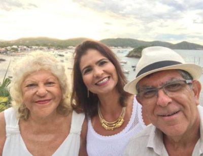 O médico Reinaldo Couri com sua mulher, a advogada Patrícia Carvalho e sua mãe, Jane Couri, em Búzios, poucos instantes da virada do ano