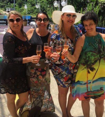 A empresária Priscilla Pina Siqueira Campos, a médica Simone Vieitas, a promoter Ana Paula Delgado e a decoradora de eventos, Rita Bartolomeu, em Angra, lançando um brinde a tudo de bom neste ano de 2018. Tim-Tim!