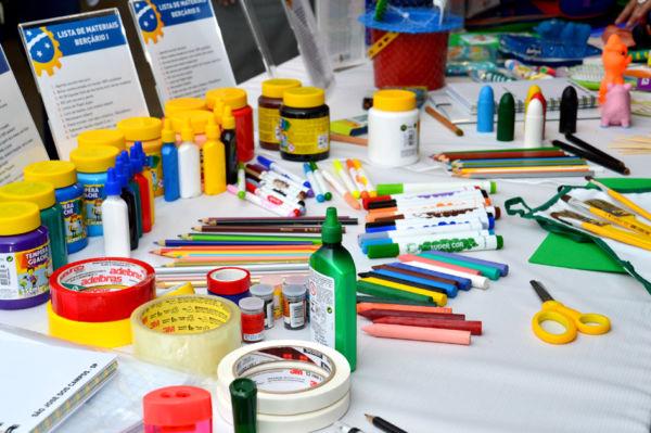 Material escolar: Instituição de ensino é proibida de exigir itens de uma determinada marca ou lojas destinadas (Foto: Divulgação)