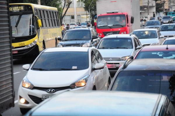 Desafio: Com mais de 140 mil veículos, trânsito em Volta Redonda apresenta lentidão (Foto: Paulo Dimas)