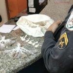 Homens com roupas do Exército abandonam drogas