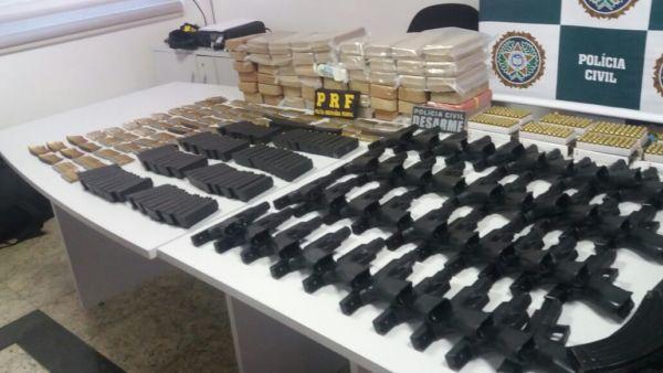 As armas estavam sendo transportadas por um homem, usando farda do Exército (Fotos: Cedidas pela PRF)