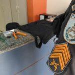 A dupla foi flagrada com alicates, uma chave de fenda, fita adesiva e celulares (Foto: Cedida pela PM)