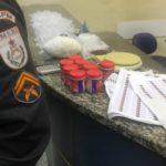Refinaria: No imóvel os agentes apreenderam pasta base de cocaína, balanças de precisão, maconha, materiais para endolação e mil pinos vazios (Foto: Cedida pela PM)