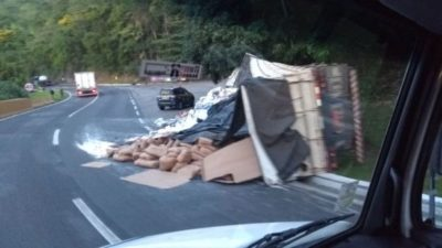 Caminhões tombam na Serra das Araras na Dutra