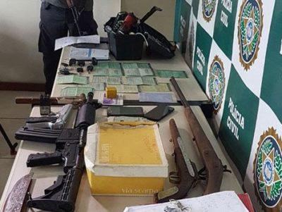 Documentos de carros roubados e clonados são apreendidos pela polícia (crédito PC)