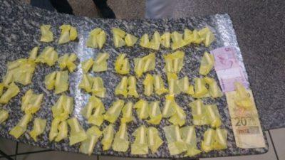 Suspeito de tráfico de drogas é preso em casa (crédito foto PC)