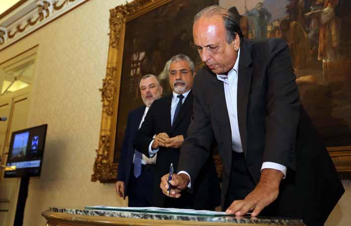 Assina: Pezão entrega certificados de adesão ao Regin  (Foto: Carlos Magno – Governo Estadual)