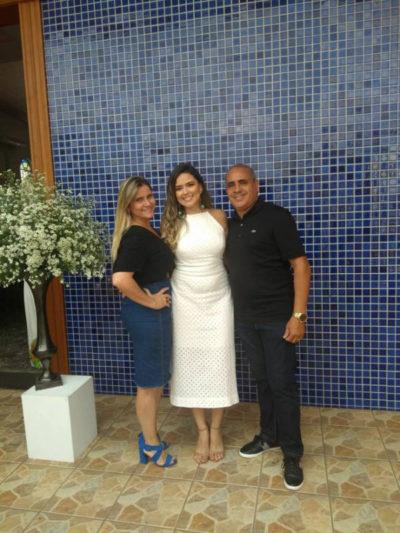 Tayná Duque entre seus tios, Jorge Amado e Néia Teixeira, ela integra a mais nova turma de Bacharelandos em Direito. (Foto: Divulgação).