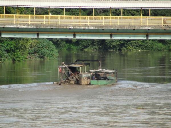 Dois lados: Extratoras legalizadas respeitam normas e na verdade ajudam os rios (Foto: Arquivo)