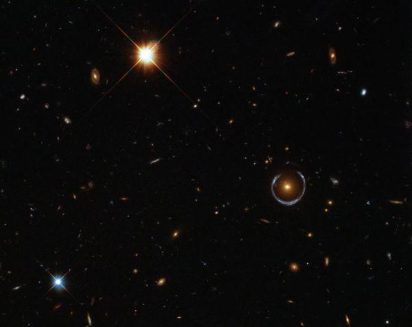 Fenômeno: O anel de luz a direita é uma lente gravitacional
