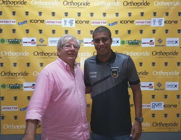 Horta entrega camisa e apresenta Marcelo Salles oficialmente