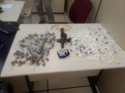Drogas e armas são apreendidas com suspeito de homicídios