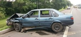 Homem foge ao  bater com carro na Dutra