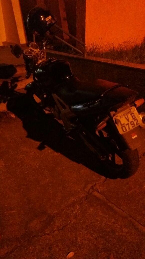 Os homens, de 20 e 19 anos, foram presos, e a moto recuperada (Foto: Cedida pela PRF)