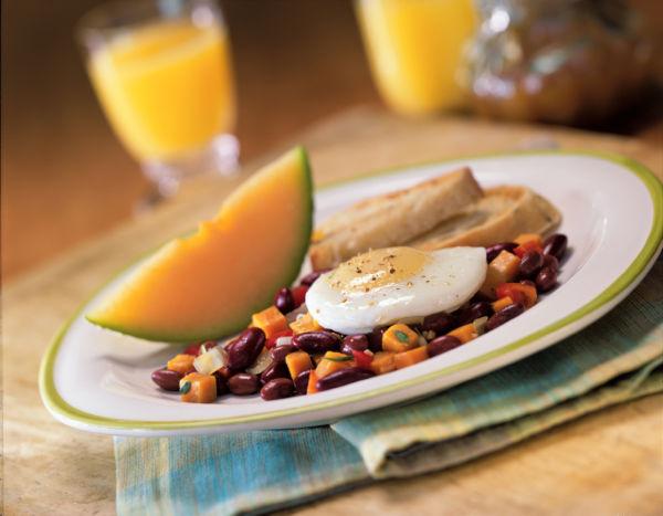 Coma bem: Uma dica bem importante é sempre realizar uma refeição reforçada antes de sair de casa (Foto: Divulgação)