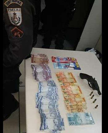 Um dos suspeitos foi preso com um revólver calibre 38, R$ 537 e três escovas de dentes furtadas da farmácia (Foto: Cedida pela PM)