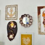 Acervo conta com mesas de centro e espelhos decorados, luminárias, esferas produzidas com conchas, cordões e brincos (Foto: Divulgação)