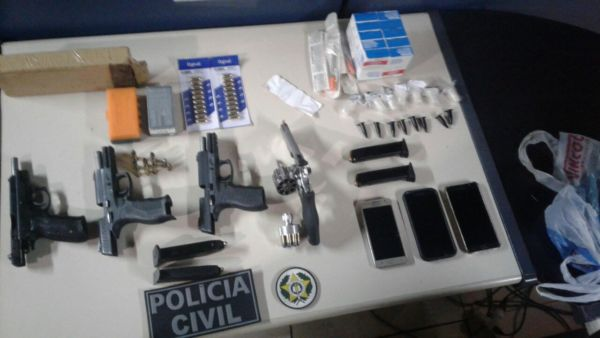 Material apreendido com suspeitos de extorquirem guarda municipal (foto: Cedida pela Polícia Civil)
