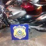 Após tentativa de fuga: Motocicleta ficou retida no pátio do Posto PRF de Floriano (Foto: Cedida pela PRF)
