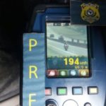 PRF registra moto trafegando em alta velocidade na Dutra (crédito PRF)