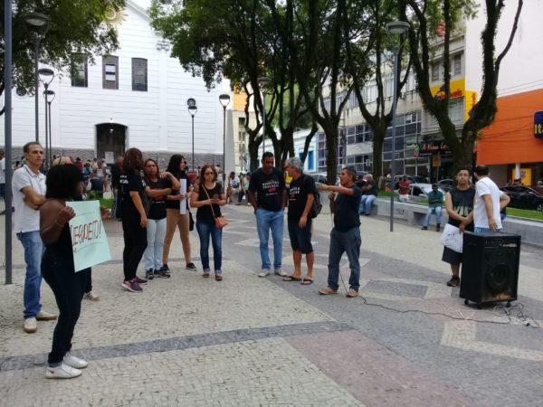 Manifestantes se concentraram na manhã deste sábado na Praça da Matriz