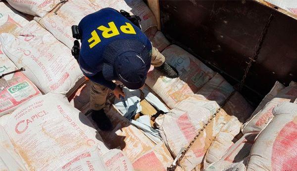 Vistoria: Agentes da Polícia Rodoviária Federal agem para evitar transporte de drogas e armas (Foto: Arquivo)