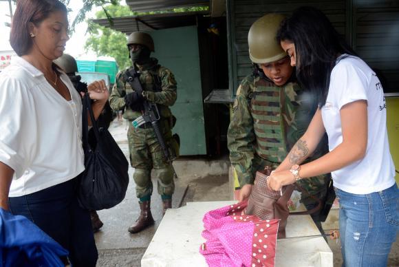 Militares revistam moradores que entram e saem de comunidades