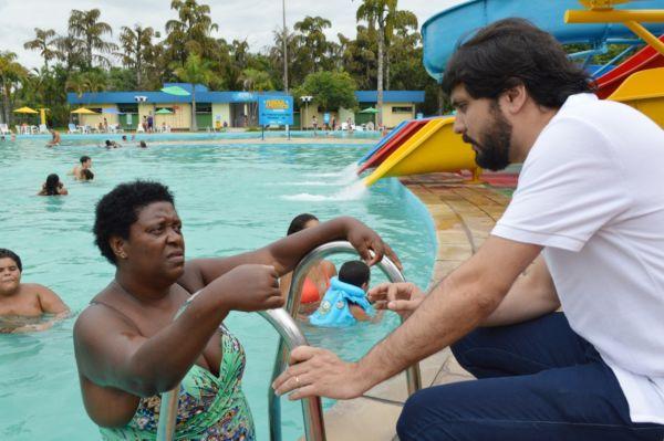 Samuca Silva conversa com frequentadores do Parque Aquático (foto:Evandro Freitas -Secom)