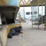 Policial militar se protege durante tiroteio na Linha Amarela